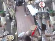 La camarera usa perrito caliente como tampón y los sirve